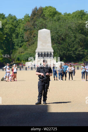 London, England, UK. Armed police officer on duty in Horse Guards Parade, Whitehall - Stock Photo