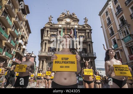 Pamplona, Navarra, Spain. 5th July, 2019. Activist against animal cruelty holds a banner anti bullfightings during a performance before the San Fermin celebrations in Pamplona, Spain. Credit: Celestino Arce Lavin/ZUMA Wire/Alamy Live News - Stock Photo