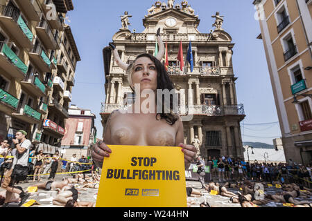 Pamplona, Navarra, Spain. 5th July, 2019. Activist against animal cruelty holds a banner anti bullfightings during a performance before the San Fermin celebrations in the main square of Pamplona, Spain. Credit: Celestino Arce Lavin/ZUMA Wire/Alamy Live News - Stock Photo