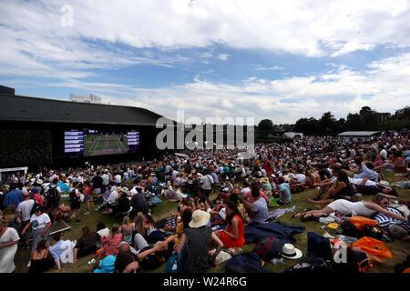 London, UK. 05th July, 2019. Wimbledon, 5 July 2019 - Spectators enjoying the vista from Heneman Hill on the grounds of Wimbledon today. Credit: Adam Stoltman/Alamy Live News - Stock Photo