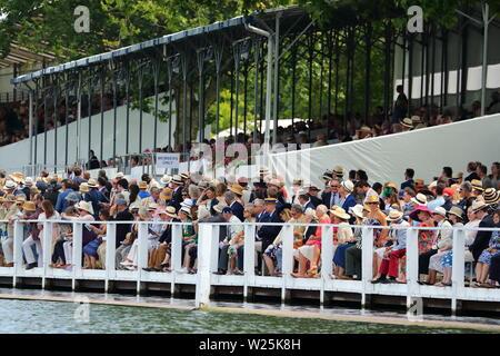 Spectators line the racecourse at Henley Royal Regatta, Henley-on-Thames, UK - Stock Photo