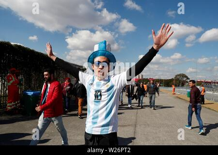 Sao Paulo, Brazil. 06th July, 2019. Sao Paulo, Brazil. 6th July 2019.  Argentine fans cheer for their team before the Copa America 2019 3rd place soccer match between Argentina and Chile, at Arena Corinthians Stadium in Sao Paulo, Brazil, 6 July 2019. Credit: Sebastiao Moreira/EFE/Alamy Live News Credit: EFE News Agency/Alamy Live News - Stock Photo