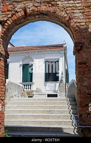 Venice, the Ponte Sacca a typical small canal bridge, over the Rio de la Madona de l'Orto approached through a brick arch, - Stock Photo