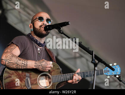 Great Tew, Oxfordshire, July 5th 2019. Nahko & Medicine for the People performing on stage, Great Tew, Oxfordshire - Stock Photo