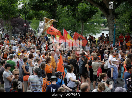 Frankfurt, Germany. 6th July 2019. The protesters listen to the opening rally. Over 1,000 people marched through Frankfurt, to call for save refugees routes, an end to the criminalisation of sea rescue and a provision of save harbours for refugees in Europe. This protest was part of a German wide Seebrucke protest under the slogan of 'State of emergency of humanity', which took place  after German Sea-Watch 3 captain Carola Rackete was arrested in Italy for rescuing refugees in the Mediterranean and bringing them to Italy. - Stock Photo