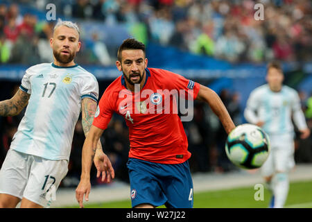 6th July 2019, Arena Corinthians Stadium, Sao Paulo, Brazil; Copa America international football, 3rd-4th playoff final, Argentina versus Chile; Nicolás Otamendi of Argentina outpaced by Mauricio Isla of Chile - Stock Photo