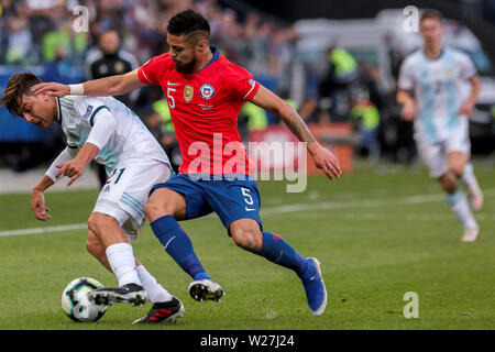 6th July 2019, Arena Corinthians Stadium, Sao Paulo, Brazil; Copa America international football, 3rd-4th playoff final, Argentina versus Chile; Paulo Dybala of Argentina holds off Paulo Díaz of Chile - Stock Photo