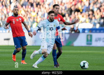 6th July 2019, Arena Corinthians Stadium, Sao Paulo, Brazil; Copa America international football, 3rd-4th playoff final, Argentina versus Chile; Lionel Messi of Argentina gets in front Erick Pulgar of Chile - Stock Photo