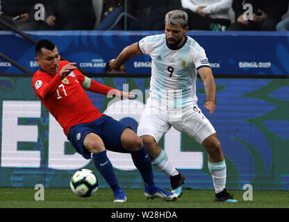 Sao Paulo, Brazil. 6th July, 2019. Argentina's Aguero (R) competes with Gary Medel of Chile during the 3rd place match of Copa America 2019 between Argentina and Chile in Sao Paulo, Brazil, July 6, 2019. Credit: Rahel Patrasso/Xinhua/Alamy Live News - Stock Photo
