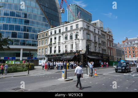 People relaxing at lunchtime outside the Globe public house, Moorgate, London, EC2, UK - Stock Photo