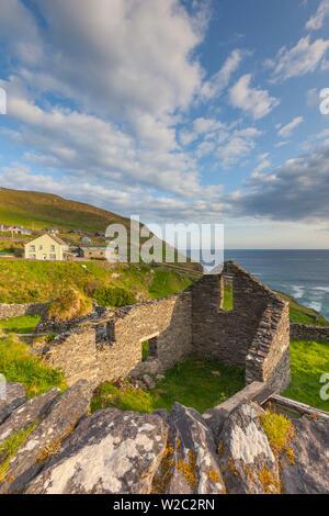 Ireland, County Kerry, Dingle Peninsula, Slea Head Drive, Dunquin, farmhouse ruins - Stock Photo