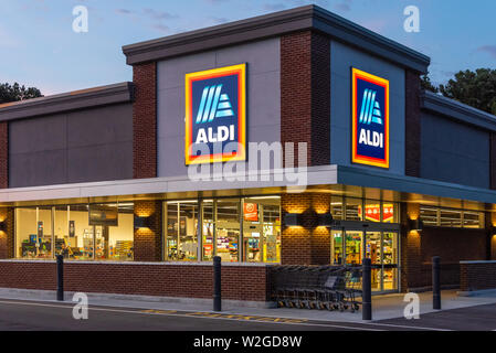 ALDI discount supermarket in Snellville (Metro Atlanta), Georgia. ALDI is a popular Germany-based global discount grocery store chain. (USA) - Stock Photo