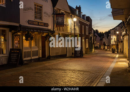 West Street in Faversham, Kent. Evening sunset featuring the Sun Inn public house. Cobbled street taken in the evening just after sunset. - Stock Photo