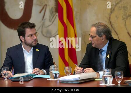 Barcelona, Spain. 09th July, 2019. Catalan regional President Quim Torra (R) and Pere Aragones, his Deputy President and regional Economy Minister, take part in a regional Cabinet meeting in Barcelona, northeastern Spain, 09 July 2019. The Cabinet was held amid the crisis between Catalan parties JxCat and ERC for the local government pacts after local election in Catalonia. Credit: Quique García/EFE/Alamy Live News - Stock Photo