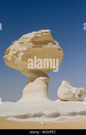 EGYPT, Farafra, Nationalpark White Desert , bizarre and unique white mushroom-like chalk rocks shaped by wind and sand erosion during century´s in sand dunes - Stock Photo