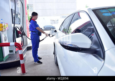 Hebei, Hebei, China. 9th July, 2019. Hebei, China - July 9 2019:A worker fills up a car at a gas station in xinle city, shijiazhuang, north China's hebei province, July 9, 2019.According to the recent changes in oil prices in the international market, according to the current pricing mechanism for refined oil.The national development and reform commission (NDRC) has raised gasoline and diesel prices by 150 yuan and 140 yuan per ton, respectively, starting from 24 PM on July 9, 2019. Credit: SIPA Asia/ZUMA Wire/Alamy Live News - Stock Photo