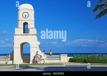 End of Worth Avenue in Palm Beach, Florida - Stock Photo