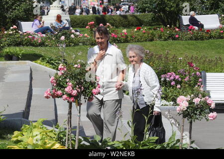Moscow, Russia. 10th July, 2019. MOSCOW, RUSSIA - JULY 10, 2019: Elderly women taking a walk at the VDNKh exhibition centre and park. Alexander Shcherbak/TASS Credit: ITAR-TASS News Agency/Alamy Live News - Stock Photo