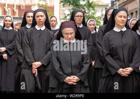 Nuns taking part in a procession for the Feast of Corpus Christi, in the streets of Krakow old town near the Main Market Square. - Stock Photo