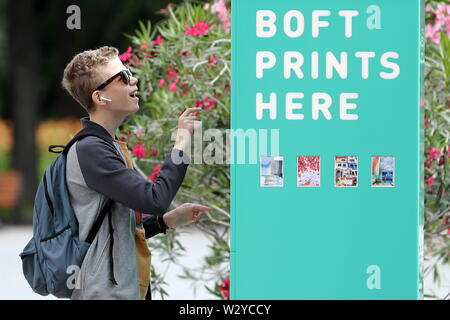 Moscow, Russia. 10th July, 2019. MOSCOW, RUSSIA - JULY 10, 2019: A young man by a photo printing booth in Gorky Park. Anton Novoderezhkin/TASS Credit: ITAR-TASS News Agency/Alamy Live News - Stock Photo
