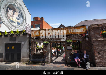 Ireland, North, Belfast, Cathedral Quarter, Exterior of the Dirty Onion and Yardbird, Bar & Restaurant on Hill Street. - Stock Photo