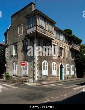 AJAXNETPHOTO. 2015. PAU, FRANCE. - SHARP HOME - NR 6 RUE BONADO WAS THE HOME OF MARTHA AND WAITSTILL SHARP; MARRIED AMERICAN COUPLE WHO DEFIED THE THIRD REICH AND NAZI RULE TO HELP RESCUE JEWISH REFUGEES AND DISSIDENTS DURING WWII.PHOTO:JONATHAN EASTLAND/AJAX REF:G151010 4953 - Stock Photo