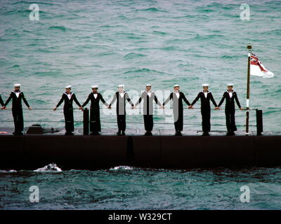 AJAXNETPHOTO. 28TH JUNE, 1977. SPITHEAD, ENGLAND. - ON PARADE - CREW OF A ROYAL NAVY SUBMARINE LINE THE DECKS DURING THE SILVER JUBILEE FLEET REVIEW BY H.M. THE QUEEN EMBARKED ON BRITANNIA IN JUNE 1977. PHOTO:JONATHAN EASTLAND/AJAX. REF:HDD 07 77 33 - Stock Photo
