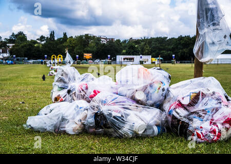 London, UK. 12th July, 2019. Rubbish lies n Wimbledon Park at day 11 at the Wimbledon Tennis Championships 2019 in London. Credit: Frank Molter/Alamy Live News - Stock Photo