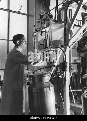 ARTHUR GORDON SANDERS (1908-1980) operating the penicillin extraction plant pioneered by Howard Florey, Ernest Chain and Alexander Fleming - Stock Photo
