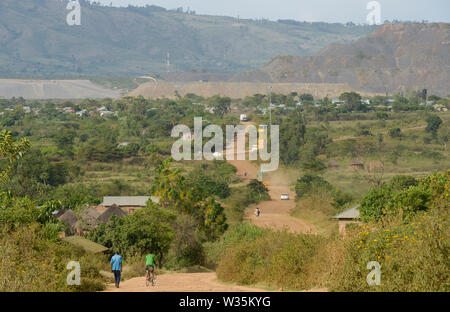 TANZANIA, Tarime Distrikt, Nyamongo, canadian Barrick Gold's subsidiary Acacia Mara Gold Mine, view to overburden disposals / TANSANIA, Blick auf Abraumhalden der Acacia Gold Mine im Afrikanischen Grabenbruch - Stock Photo