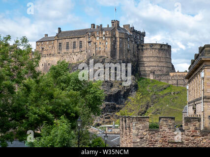 Flodden Wall and Edinburgh Castle in the heart of Edinburgh old town. - Stock Photo