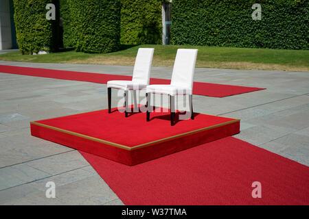 Impressionen: nach den juengsten Zitteranfaellen wurden fuer die Bundeskanzlerin Stuehle auf das Podest gestellt - Treffen der dt. Bundeskanzlerin mit - Stock Photo