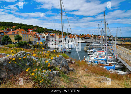 02 July 2019, Denmark, Gudhjem: City view of Gudhjem, a small town on the north coast of the Danish Baltic Sea island Bornholm. The island Bornholm is, together with the offshore archipelago Ertholmene, Denmark's most eastern island. Thanks to its location, the island of Bornholm counts many hours of sunshine. Photo: Patrick Pleul/dpa-Zentralbild/ZB - Stock Photo