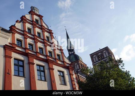 historisches Giebelhaus, dahinter die gotische St. Nikolai Kirche, Nikolaikirche, Hansestadt Stralsund, Mecklenburg-Vorpommern, Deutschland - Stock Photo