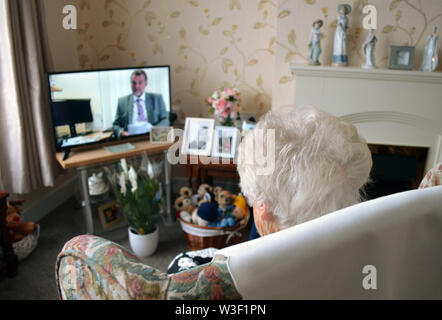 London, UK. 09th July, 2019. 93-year-old Irene sits in her living room in front of the television. In Great Britain, there is a heated debate about the recent decision of the BBC to re-invest over 75-year-olds in radio licence fees. From June 2020, they will also have to pay the 154.50 pounds (equivalent to around 172 euros) annually. Since 1999, senior citizens have been excluded. Credit: Christoph Meyer/dpa/Alamy Live News - Stock Photo