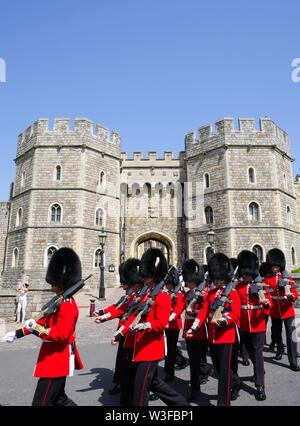 Changing The Guard at Windsor Castle, Queens Life Guard, Windsor Castle, Windsor, Berkshire, England, UK, GB. - Stock Photo