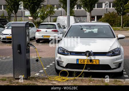 Zaandam Niederlande, Elektrofahrzeuge, an Ladestationen, Fahrzeuge der Stadtverwaltung, VW Golf E-Auto, des Umweltamts, - Stock Photo