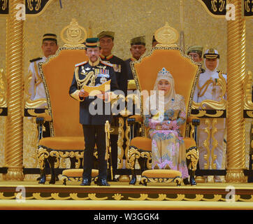 Bandar Seri Begawan, Brunei. 15th July, 2019. Brunei's Sultan Haji Hassanal Bolkiah (L, front) delivers a speech during his birthday celebration at Istana Nurul Iman, Brunei's royal palace, in Bandar Seri Begawan, Brunei, July 15, 2019. Brunei celebrated the Sultan Haji Hassanal Bolkiah's 73rd birthday with various activities including a ceremonial parade and a grand state banquet on Monday. The Sultan birthday is a national event held annually, which usually lasted about a month. Credit: Jeffrey Wong/Xinhua/Alamy Live News - Stock Photo