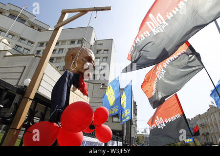 Kiev, Ukraine. 16th July, 2019. A sculpture of Soviet leader Vladimir Lenin and a gallows placed of a fence of the Constitutional Court during a protest against possible cancellation of the decommunization law, in Kiev, Ukraine, on 16 July 2019. Activists protest against appeals of 46 lawmakers who appealed to the court for review the constitutionality of the law about decommunization. Credit: ZUMA Press, Inc./Alamy Live News - Stock Photo