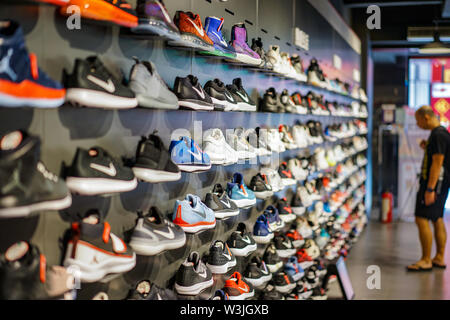 conectar fluctuar avión  A display of Nike athletic shoes for sale at Kicks USA, a sporting goods  store on Jamaica Ave in Jamaica, Queens, New York Stock Photo - Alamy