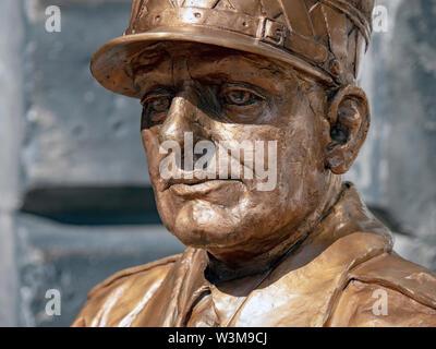 Detail of a statue of General Stanislaw Maczek, Polish war hero, at the City Chambers, Royal Mile, Edinburgh, the sculptor was Bronislaw Krzysztof. - Stock Photo