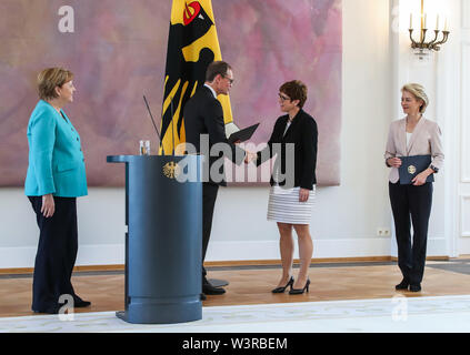 Berliin, Germany. 17th July, 2019. Michael Mueller (2nd L), deputy president of the Bundesrat and Berlin's head of government, shakes hands with incoming German Defense Minister Annegret Kramp-Karrenbauer (2nd R), during a ceremony for the appointment of German Defense Minister at the Bellevue Palace in Berlin, capital of Germany, July 17, 2019. The leader of the German ruling party Christian Democratic Union (CDU), Annegret Kramp-Karrenbauer, was appointed new German Minister for Defense on Wednesday. Credit: Shan Yuqi/Xinhua/Alamy Live News - Stock Photo