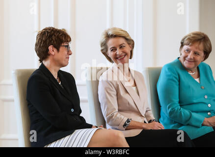 Berliin, Germany. 17th July, 2019. German Chancellor Angela Merkel (1st R), outgoing German Defense Minister Ursula von der Leyen (C) and incoming German Defense Minister Annegret Kramp-Karrenbauer attend a ceremony for the appointment of German Defense Minister at the Bellevue Palace in Berlin, capital of Germany, July 17, 2019. The leader of the German ruling party Christian Democratic Union (CDU), Annegret Kramp-Karrenbauer, was appointed new German Minister for Defense on Wednesday. Credit: Shan Yuqi/Xinhua/Alamy Live News - Stock Photo