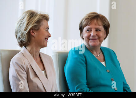 Berliin, Germany. 17th July, 2019. German Chancellor Angela Merkel (R) and outgoing German Defense Minister Ursula von der Leyen attend a ceremony for the appointment of German Defense Minister at the Bellevue Palace in Berlin, capital of Germany, July 17, 2019. The leader of the German ruling party Christian Democratic Union (CDU), Annegret Kramp-Karrenbauer, was appointed new German Minister for Defense on Wednesday. Credit: Shan Yuqi/Xinhua/Alamy Live News - Stock Photo