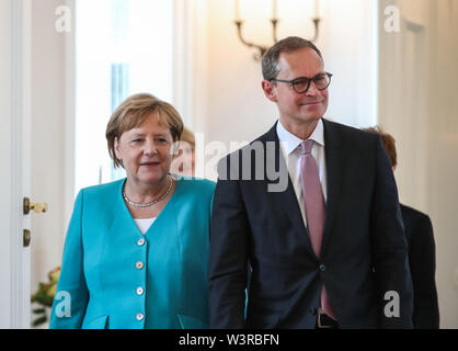 Berliin, Germany. 17th July, 2019. German Chancellor Angela Merkel (L) and Michael Mueller, deputy president of the Bundesrat and Berlin's head of government, arrive for a ceremony for the appointment of German Defense Minister at the Bellevue Palace in Berlin, capital of Germany, July 17, 2019. The leader of the German ruling party Christian Democratic Union (CDU), Annegret Kramp-Karrenbauer, was appointed new German Minister for Defense on Wednesday. Credit: Shan Yuqi/Xinhua/Alamy Live News - Stock Photo