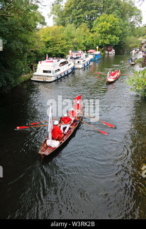 Hurley, Berkshire, UK. 17th July, 2019. The swan uppers leave Hurley Lock on day three of Swan Upping 2019. A week long survey of the swans on the River Thames, from Sunbury in Surrey to Abingdon in Oxfordshire. The Royal Swan Uppers, who wear the scarlet uniform of Her Majesty The Queen, travel in traditional rowing skiffs together with Swan Uppers from the Vintners' and Dyers' livery companies. Credit: Julia Gavin/Alamy Live News - Stock Photo