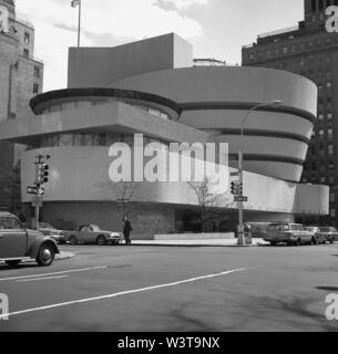 1960s, historical,  Exterior of the Guggenheim Museum, Manhattan, New York, USA. Designed by Frank Lloyd Wright, the cylindrical building - wider at the top than the bottom - opened in 1959 and is considered a landmark of 20th century architecture, although as an ideal place to display paintings and artwork, its spiral, vertical design has its critics. It was the only museum designed by Wright. - Stock Photo