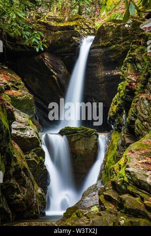 Duggers Creek Falls, North Carolina, USA. Duggers Creek Falls is a small 10-foot waterfall tucked away in a beautiful cove a short walk from the Linvi - Stock Photo