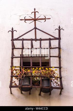 Antigua reja de ventana con macetas en la ciudad de Cuenca. Castilla la Mancha. España - Stock Photo