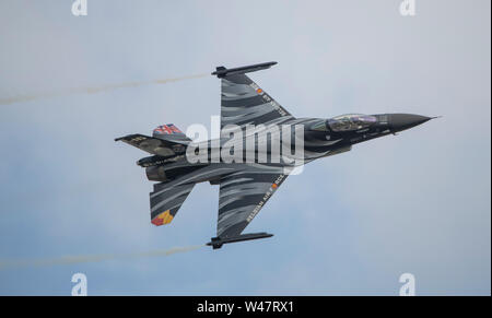 RAF Fairford, Glos, UK. 20th July 2019. Day 2 of The Royal International Air Tattoo (RIAT) with military aircraft from around the world assembling for the world's greatest airshow with a full flying display in good weather. Image: Belgian Air Component F-16 Fighting Falcon demonstration. Credit: Malcolm Park/Alamy Live News. - Stock Photo